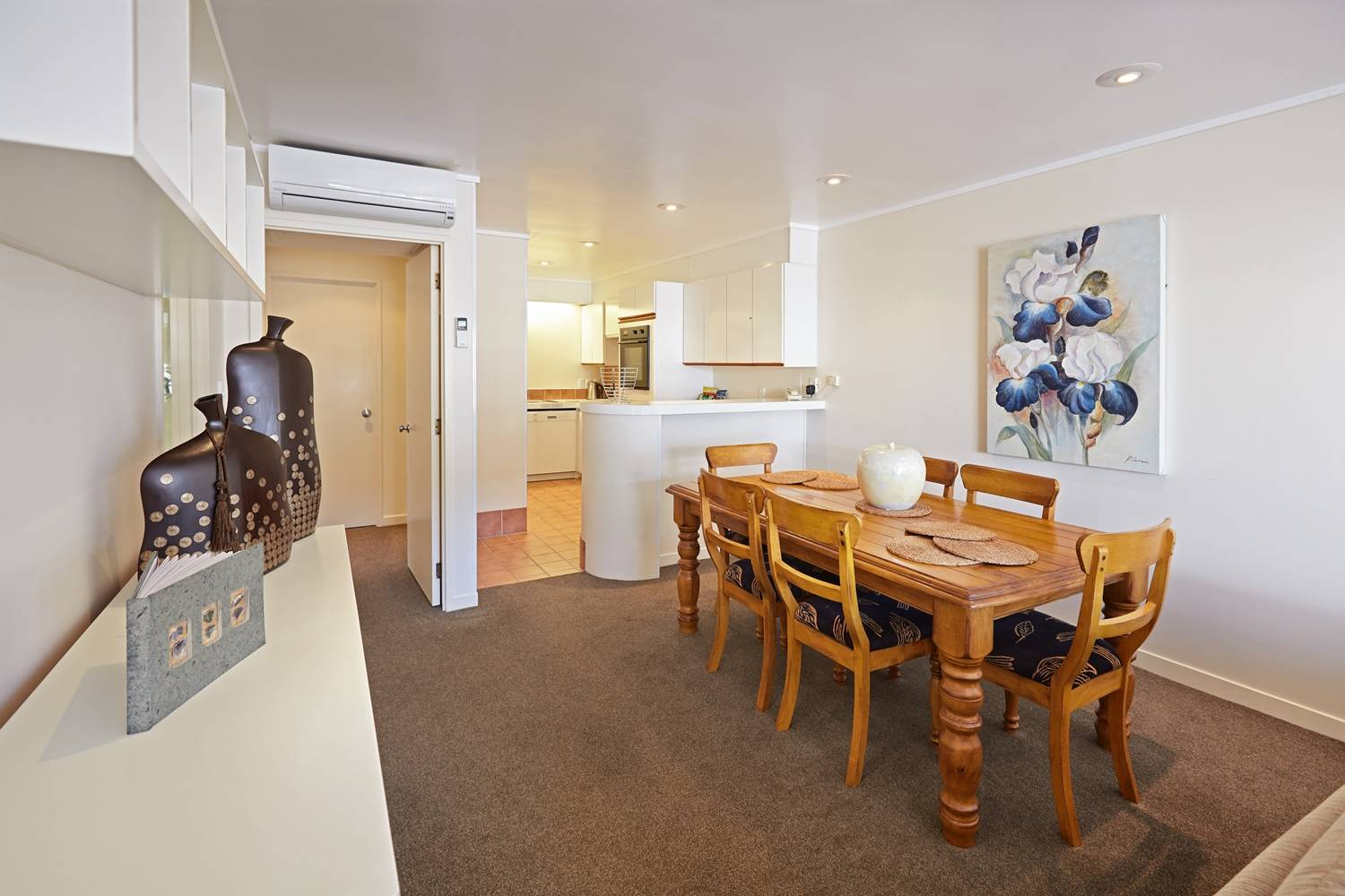 pioneer-apartments-paihia-pool-view-garden-level-dining-kitchen.jpg