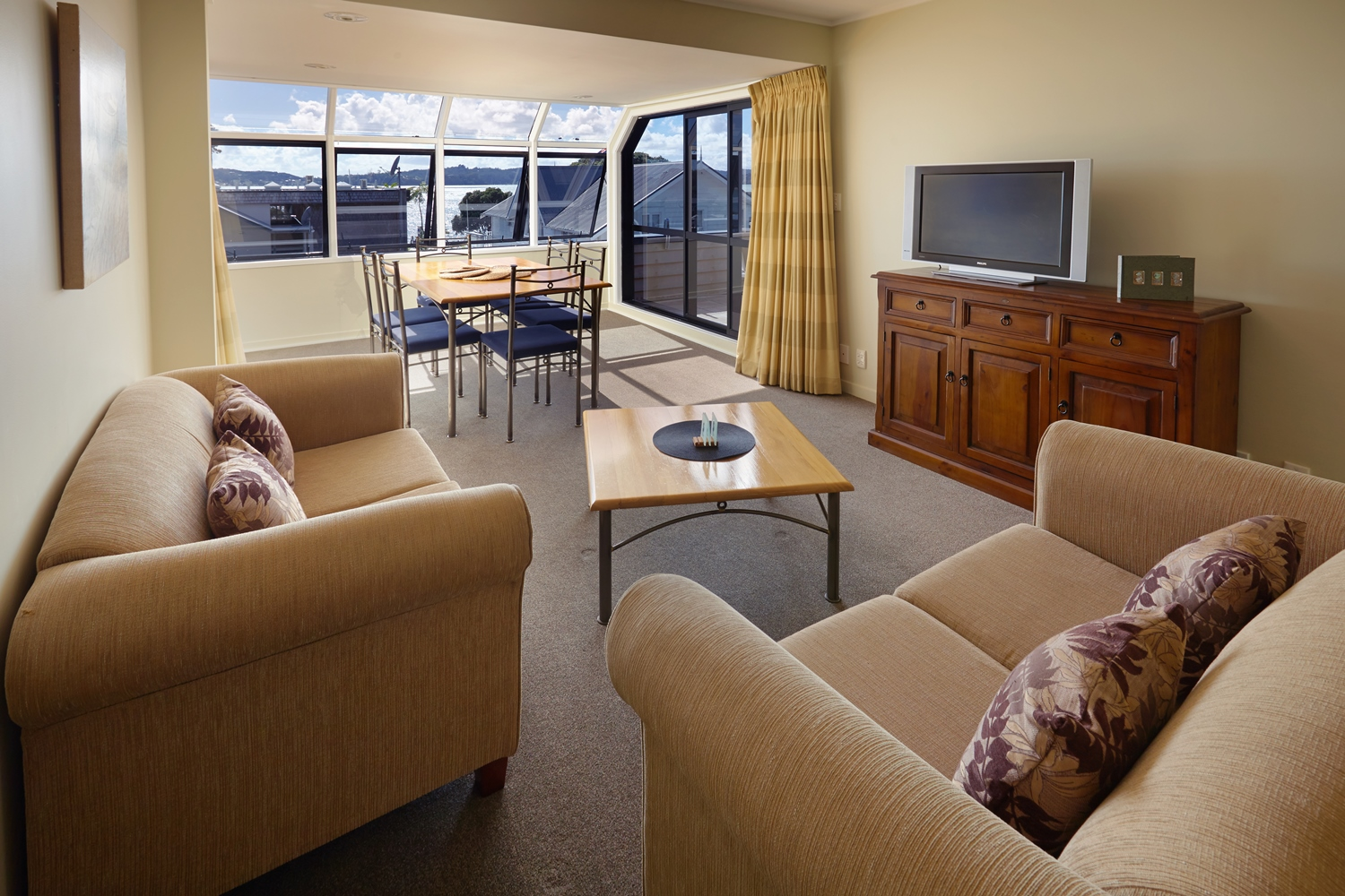 pioneer-apartments-paihia-pool-view-penthouse-open-plan-living.jpg