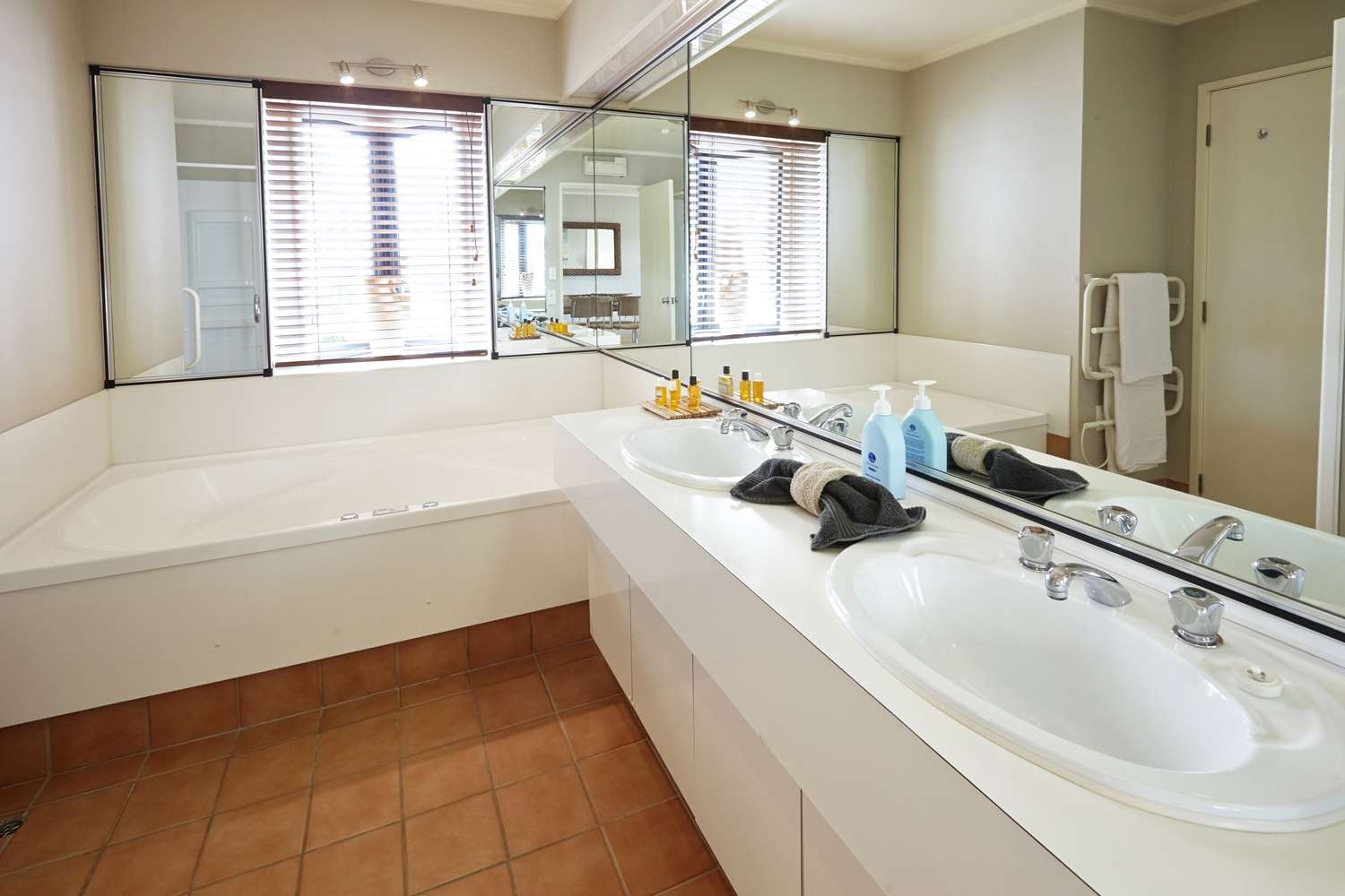 pioneer-apartments-waterfront-mid-level-spa-bathroom.jpg